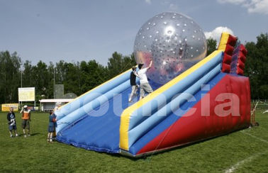 Cina PVC Zorb Ball Racing Track , Zorb Ramp Used On Grassland Or Snow Field pabrik